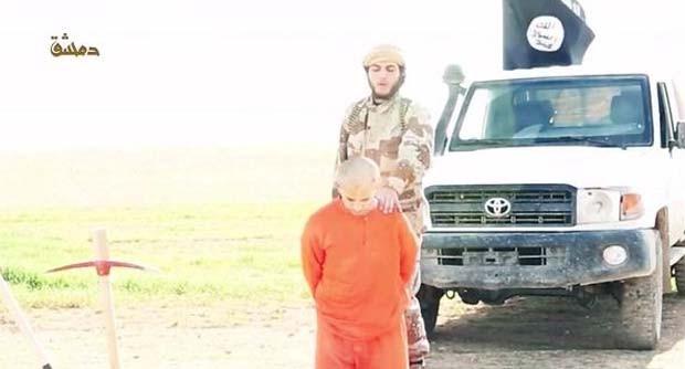Refém do Estado Islâmico na Síria aparece decapitado em vídeo divulgado pelo grupo (Foto: Reprodução/ Twitter/ الرقة تذبح بصمت)