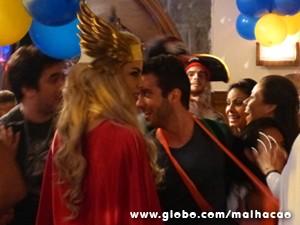 Banda Maholo chega à festa e a mulherada parte para cima (Foto: Malhação / TV Globo)