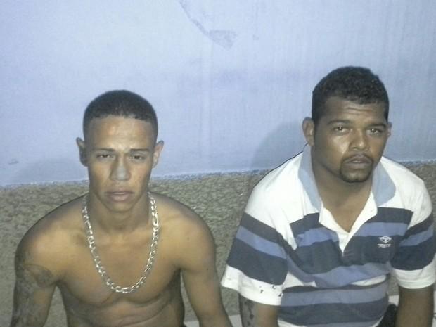 Jonas (sem camisa) é considerado chefe do tráfico de drogas do município. (Foto: Asfíxia)