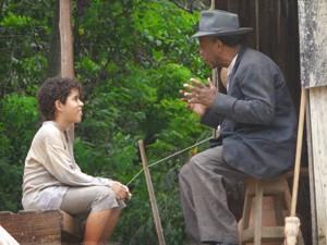Seu Afonso conta histórias de Zé para Elias (Foto: Lado a Lado/TV Globo)