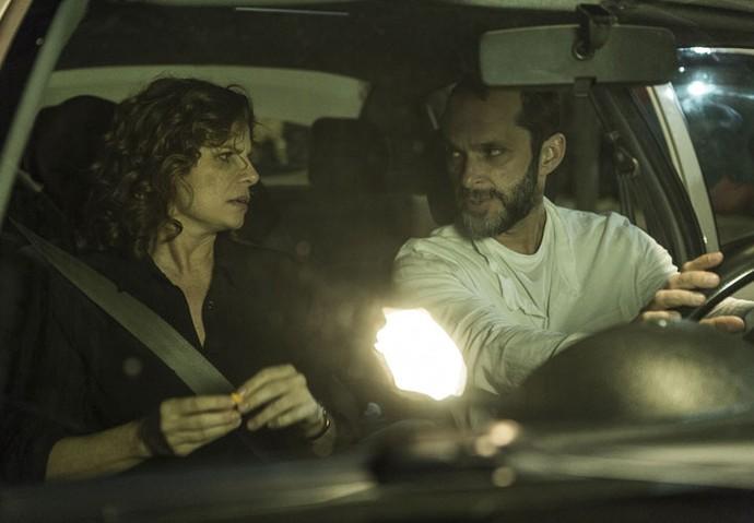 O diretor artístico José Luiz Villamarim dirige Debora Bloch em cena importante do desfecho de Elisa (Foto: Ellen Soares/Gshow)