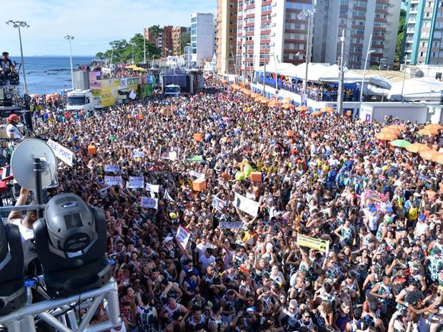 Foliões do bloco 'Vumbora' se misturam ao folião pipoca no Farol da Barra (Foto: Elias Dantas/Ag. Haack)