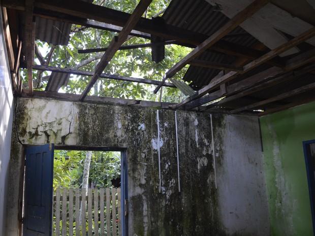 Prédio está sujo e com telhas e forros faltando (Foto: Diêgo Holanda/G1)