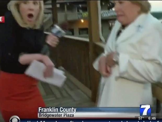 Dois jornalistas de TV foram mortos com tiros na Virginia quando conduziam uma entrevista ao vivo. O incidente ocorreu em Bedford County. As imagens mostram que, quando os tiros foram ouvidos, a repórter e uma entrevistada se abaixaram assustadas (Foto: Reprodução/WDBJ 7)