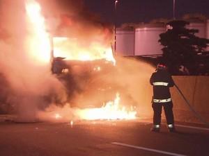 Bombeiros tiveram que apagar fogo provocado por manifestantes (Foto: Reprodução/TV Tribuna)