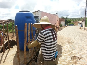Antes das cisternas, famílias precisavam buscar água em açudes ou barragens com água imprópria para consumo humano. (Foto: Acqualimp/Divulgação)