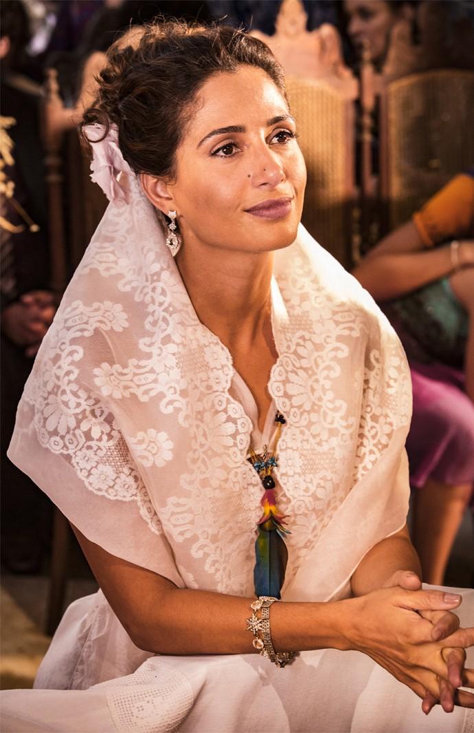 Camila Pitanga se concentra para a cena do casório de Tereza e Santo (Foto: Felipe Monteiro/ Gshow)