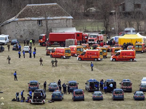 Serviços de emergêcia da França são vistos em Seyne, no sudeste do país, perto do local onde um Airbus A320 da companhia alemã Germanwings caiu com 150 pessoas a bordo (Foto: Boris Horvat/AFP)