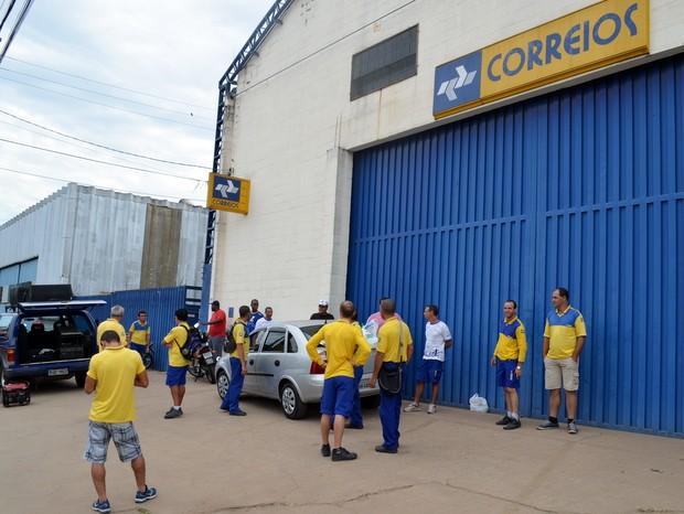 Carteiros continuam em greve em centros de distribuição em Piracicaba (Foto: Leon Botão/G1)