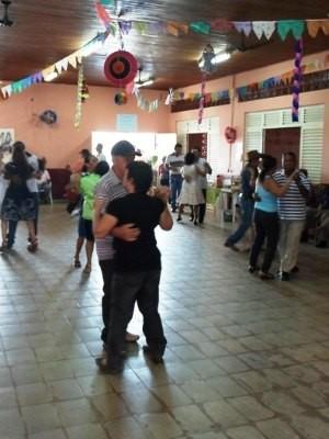 Casais aproveitam a sexta-feira para dançar (Foto: Paula Casagrande/G1)