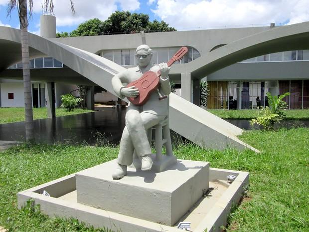 """Escultura em frente à entrada da """"Casa do Cantador"""", em Ceilândia (Foto: Gabriela Berrogain/G1)"""