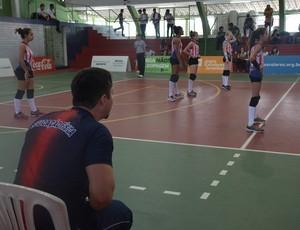 Macário Secco grita indicações para atletas nos Jogos Escolares (Foto: Larissa Keren / GloboEsporte.com/pb)