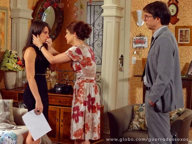Carolina se desespera com nova intimação, e Nieta a consola (Foto: Guerra dos Sexos / TV Globo)