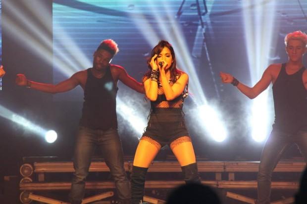 Anitta de shortinho e decotão fez show na Via Show no Rio (Foto: Nino Carlos/BDR/Divulgação)