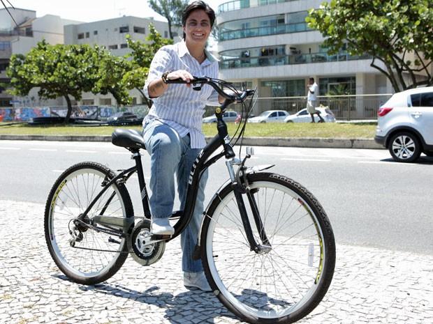 Thammy Miranda grava cenas de Salve Jorge pedalando (Foto: Salve Jorge / TV Globo)