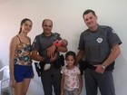 'Fiquei em pânico', diz mãe de bebê salvo de engasgamento por policiais