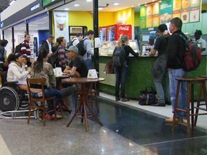 Pouca oferta de estabelecimentos comerciais foi alvo de reclamação dos usuários de Viracopos (Foto: Reprodução / EPTV)