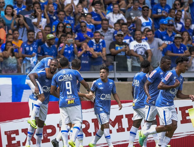 Dedé marca pelo Cruzeiro na partida contra o Democrata GV, no Mineirão