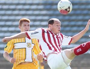 Russo disputa bola em Taguatinga (Foto: Cláudio Bispo / BrasilienseFC.com.br)