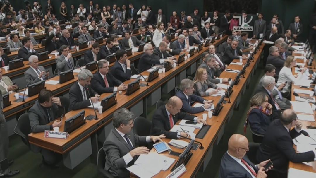 Resultado de imagem para PMDB decide punir deputados que votarem a favor da denúncia contra Temer