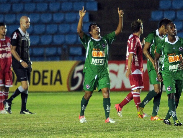Brasilia comemora gol do Ipatinga contra o América-MG (Foto: Futura Press)