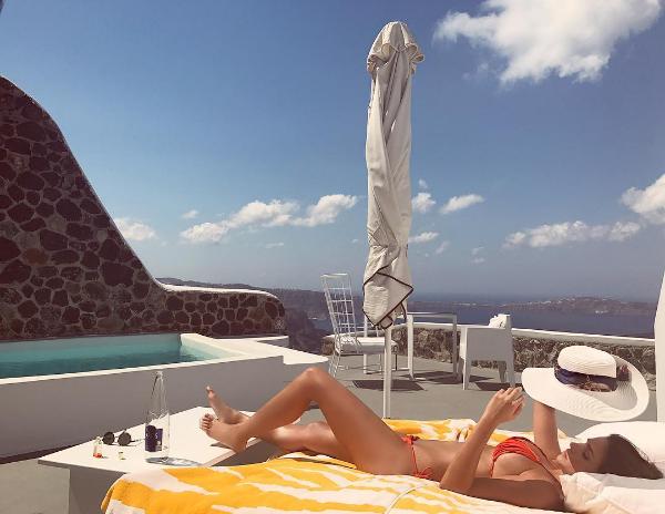 Carol colocando o bronzeado em dia na Grécia (Foto: Reprodução/Instagram)
