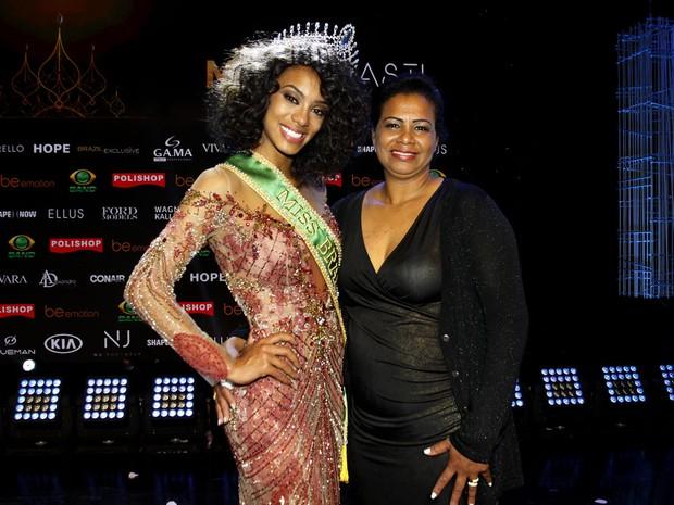 Miss Brasil 2016 Raissa Santana, do Paraná, com a mãe, Roseneide Oliveira Santana,  em São Paulo (Foto: Celso Tavares/ EGO)