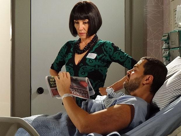 Melissa parece não acreditar ao ver a foto de Zenóbio (Foto: Amor Eterno Amor/TV Globo)