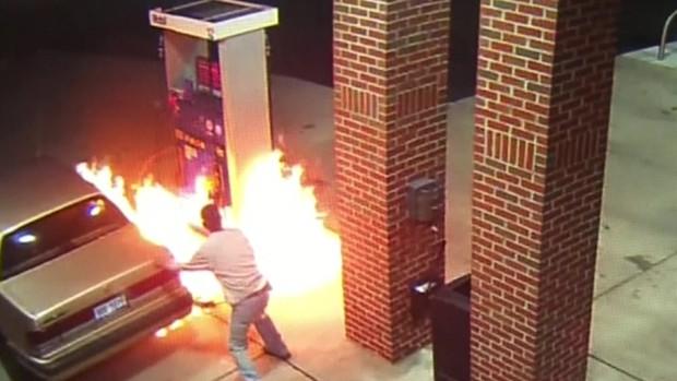 Homem provoca incêndio ao tentar queimar aranha enquanto abastecia o carro (Foto: BBC)