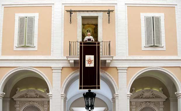 O Papa Bento XVI abençoa os fiéis da janela da residência de verão de Castel Gandolfo, próximo a Roma, em 6 de julho de 2008 (Foto: AFP)