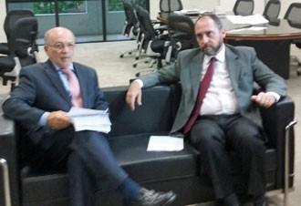 """Luís Inácio Adams  entrega o pedido de afastamento do relator do processo das """"pedaladas"""" ao presidente do TCU (Foto: Debora Cruz/G1)"""
