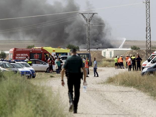 Fumaça deexplosão em uma fábrica de fósforos e fogos de artifício perto de Zaragoza, na Espanha (Foto: Luis Correas/Reuters)