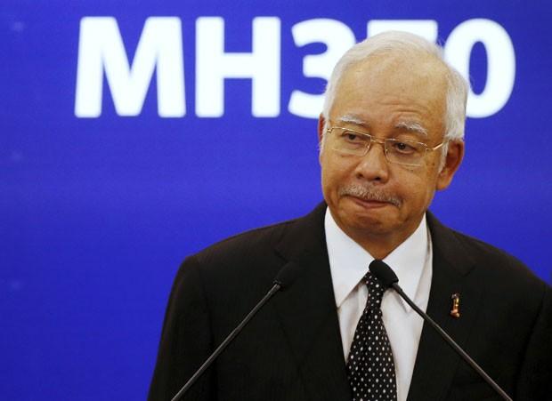 O primeiro-ministro da Malásia, Najib Razak, confirma em anúncio na TV que destroços encontrados na Ilha Reunião são do voo MH370 (Foto: Olivia Harris/Reuters)
