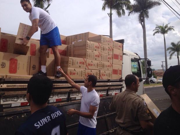 Caminhão estava carregado de cigarros contrabandeados em Ibiá (Foto: Polícia Militar/Divulgação)