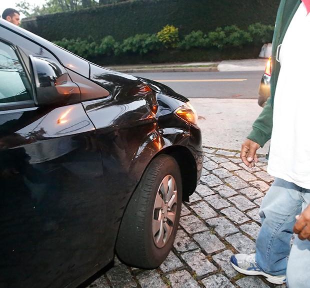 Segurança de Justin Bieber fura pneu (Foto: AgNews)