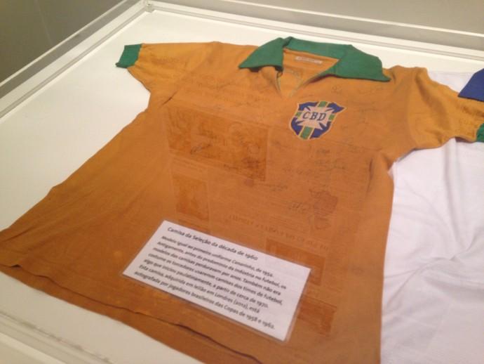 Camisa canarinho da década de 60 igual ao modelo original (Foto: Vinícius Guerreiro/GE)