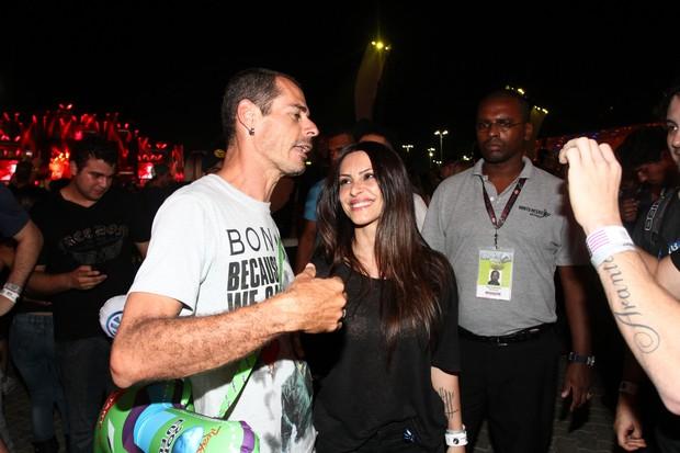 Rômulo Neto tira foto de Cleo Pires com um fã (Foto: Clayton Militão / Foto Rio News)