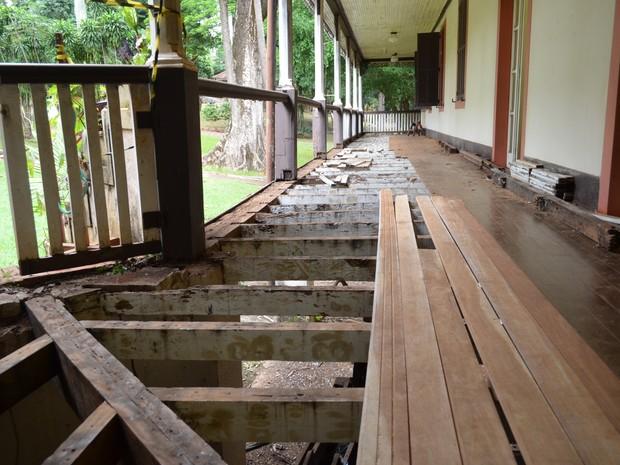 Obras emergenciais para troca de piso de madeira na varanda do Museu HIstórico de Ribeirão Preto (Foto: Rodolfo Tiengo/G1)