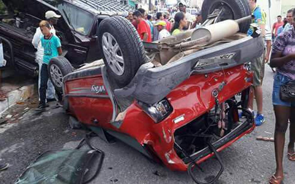 Dois carros foram atingidos pelo ônibus e arrastados por cerca de 500 metros (Foto: Thiago Lira/Arquivo Pessoal)