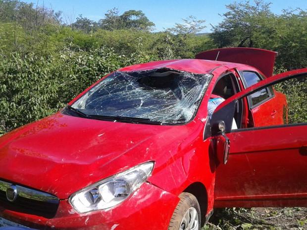 Carro capotou após pneu estourar em Ibotirama (Foto: Fernando ZDA / Site ZDA)