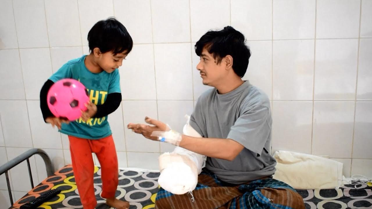 Em hospital de Daca, Abul brinca com o filho