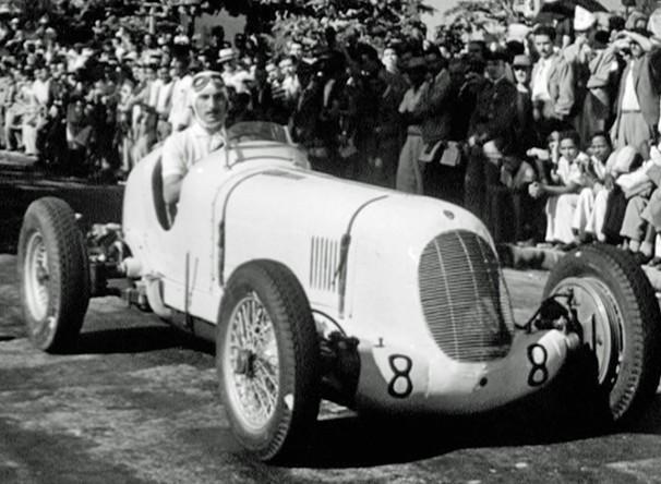 No quarto episódio de O Rio por Eles, uma corrida dos precursores da Fórmula 1 no circuito de rua chamado Trampolim do Diabo (Foto: Reprodução)