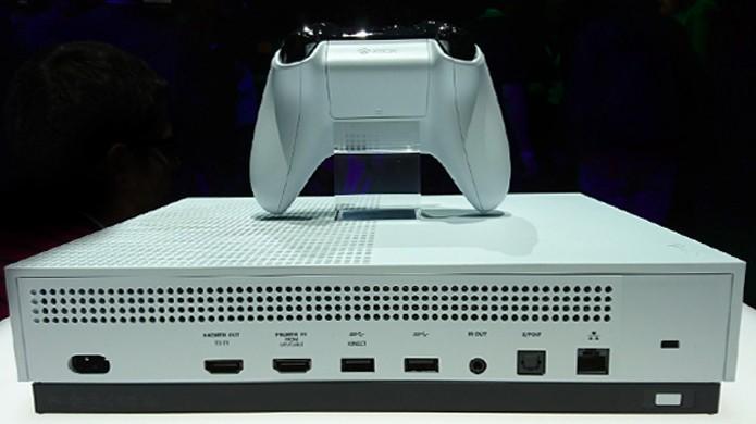 Foto da parte traseira do Xbox One S na E3 2016 revela que não há entrada para o Kinect (Foto: Reprodução/Neogaf)