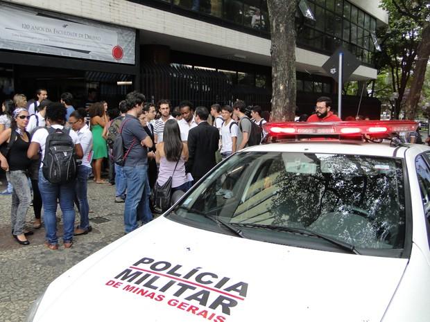 Após reunião de entidades estudantis na Faculdade de Direito da UFMG, houve tumulto do lado de fora (Foto: Raquel Freitas/G1)