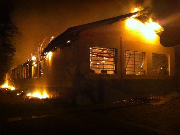 Fogo consumiu quase todo o prédio da Escola Estadual Professora Hercília de Paula e Silva, em Carlópolis (Foto: Cezar Silva/Arquivo Pessoal)