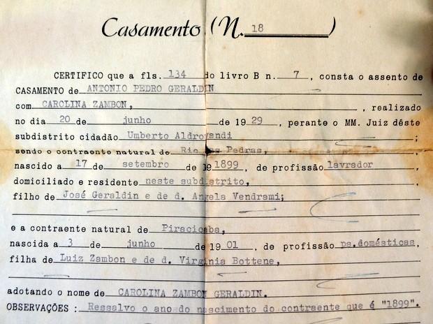 Certidão de casamento de Carolina que mostra data de nascimento em Piracicaba (Foto: Fernanda Zanetti/G1)