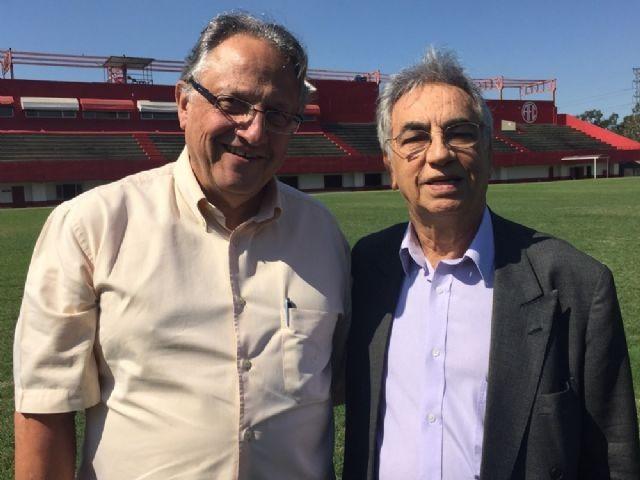 Ao lado do presidente Léo Almada, Marco Antônio Teixeira (E) é apresentado como novo diretor executivo de futebol do América (Foto: Arquivo)
