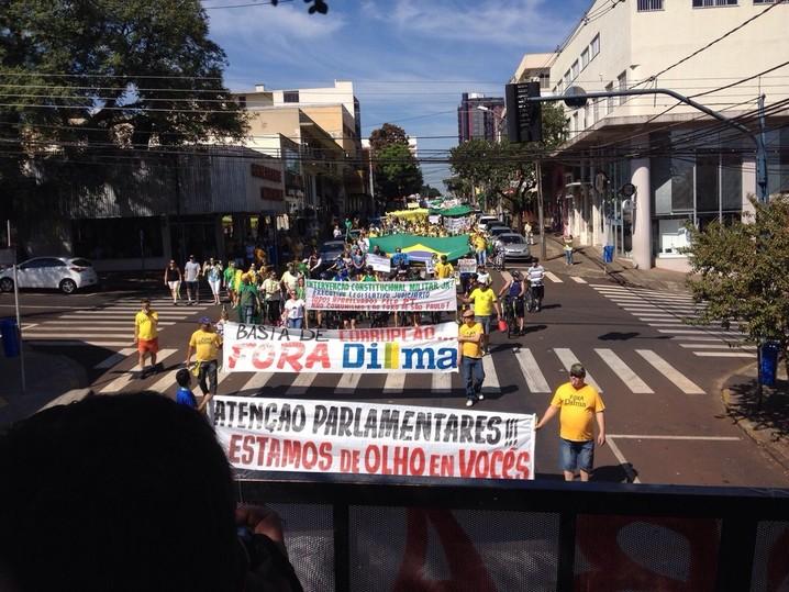 Os manifestantes de Foz do Iguaçu, no oeste do Paraná, fazem uma passeata pelo centro da cidade contra o governo federal e contra o PT