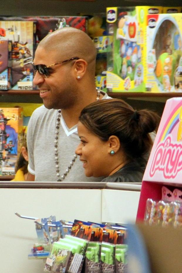 Adriano com os filhos (Foto: Marcos Pavão/Ag. News)