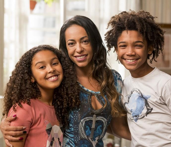 Samantha Schmütz posa ao lado de seus filhos na ficção: Juliana Louise e Leonardo Lima Carvalho (Foto: Ellen Soares/Gshow)